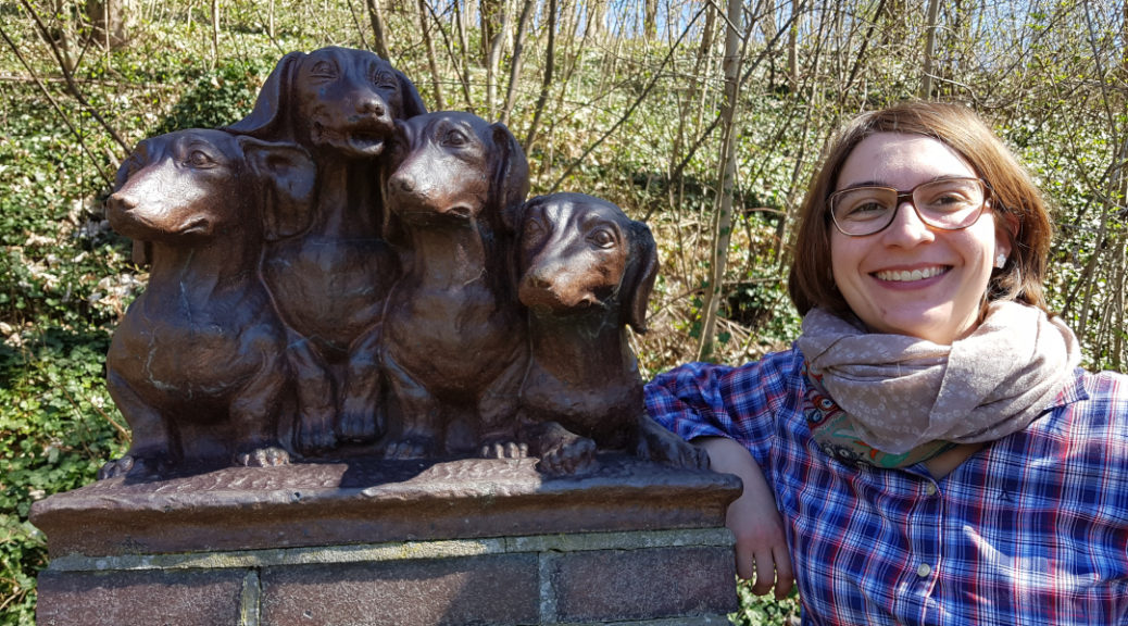 Anna Fryer mit Dackelstatue Lauf